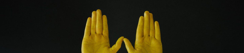 Hænder der er malet gule