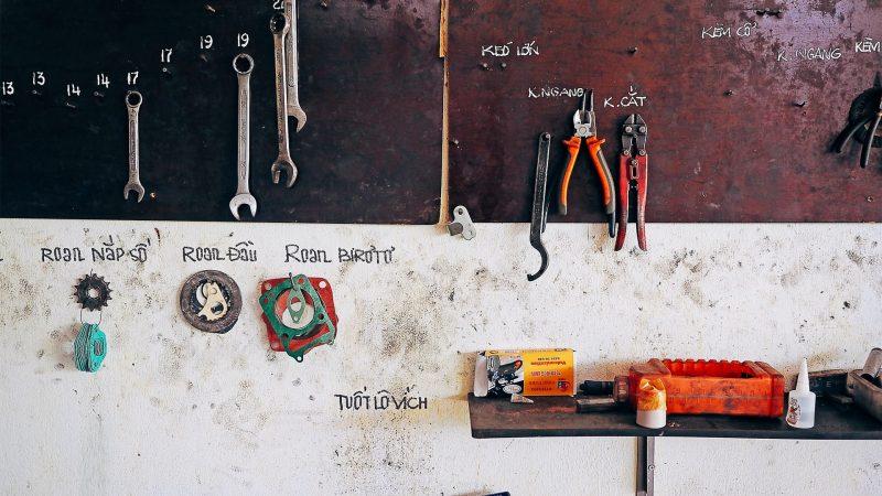 Værktøj der hænger på deres pladser