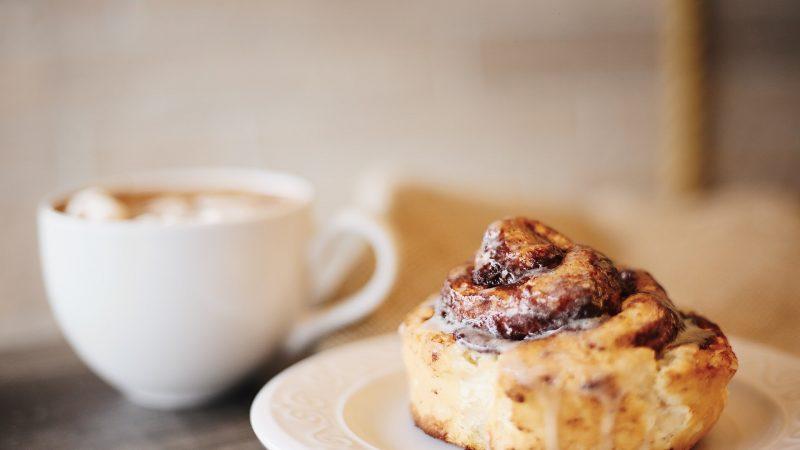 Kanelsnegl med en kop kaffe
