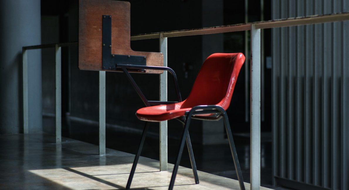 stol med tilhørende bor