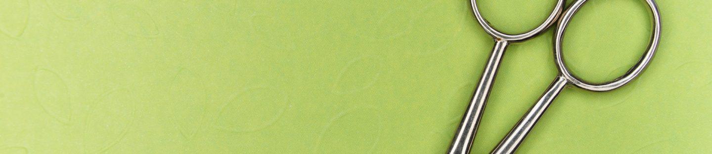 saks på grøn overflade