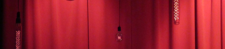 rød gardin med lamper hængende foran