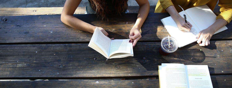 Elever som læser og skriver noter.