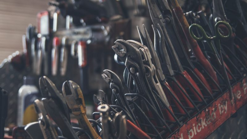Billedet viser en masse værktøj som sidder i en stor værktøjskasse.
