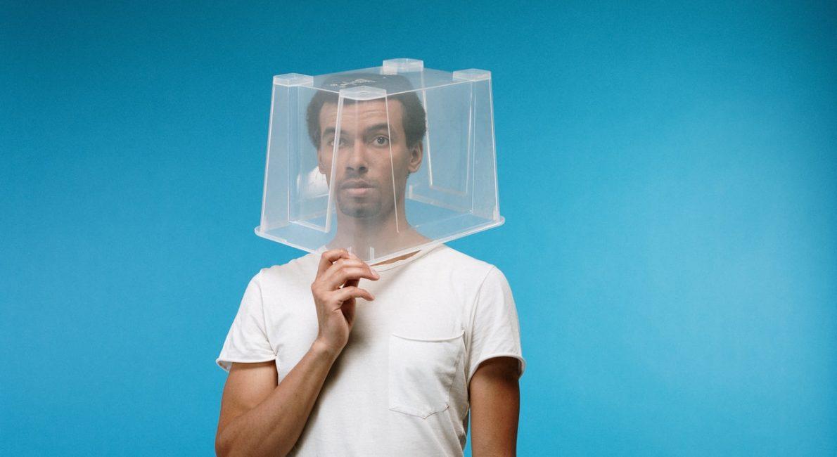mand med plastikkasse over hovedet