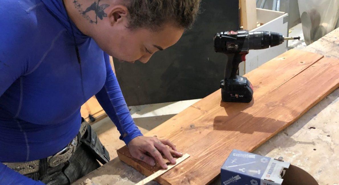 Tezza måler træ op til en bænk til sin FGU 3-prøve